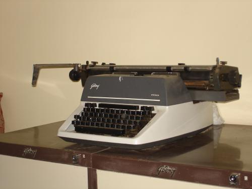 Viso pasaulio hipsterių gedului, paskutinis spausdinimo mašinėlės modelis, Godrej & Boyce Prima, buvo nustotas gaminti 2011 m.