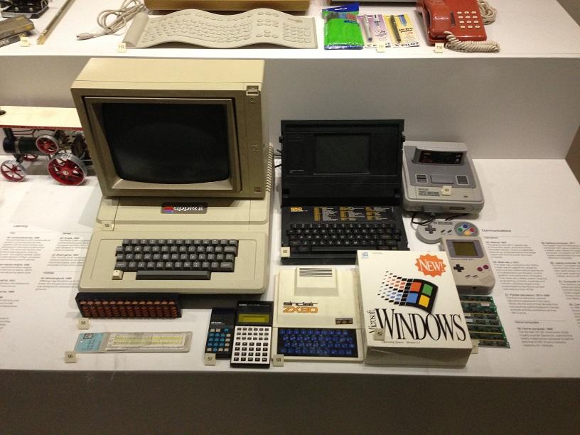 Ekspozicija Mokslo muziejuje Londone. Magnetinės kasetės, paprastas telefonas su rageliu, kalkuliatoriai - britams tai atrodo verta dėti į muziejų. Kodėl? Manau, visų pirma todėl, kad visiškai protingas 10 metų vaikas tokių dalykų gali būti gyvenime nematęs.