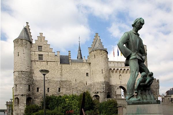 Ši skulptūra Antverpene simbolizuoja vargšus paprastus žmogelius, klūpinčius prieš deimantų industriją.